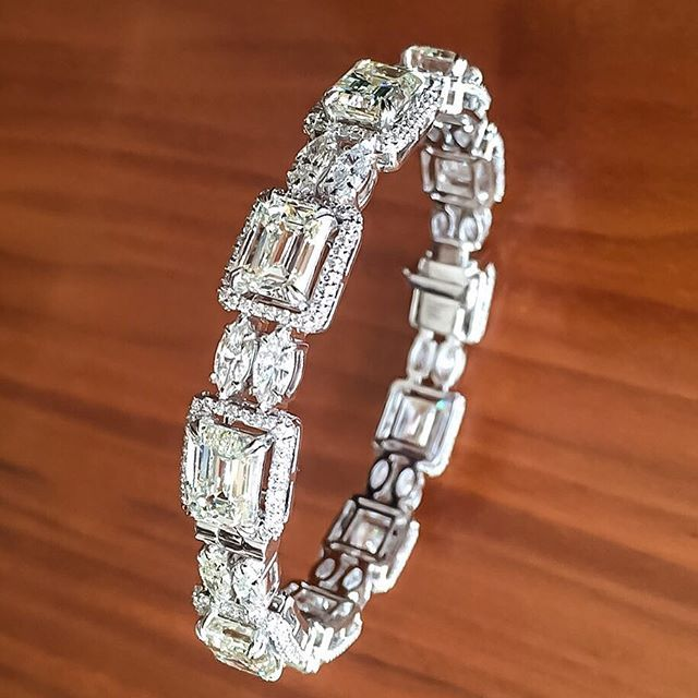 An exceptional bracelet set with emerald & marquise cut diamonds from the…