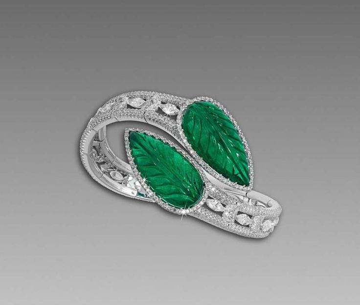 David Morris' use of African emeralds is showcased beautifully in this flexi...