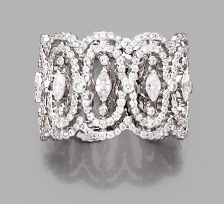 MESSIKA Large anneau en or gris, à décor de dentelle serti partiellement de di...