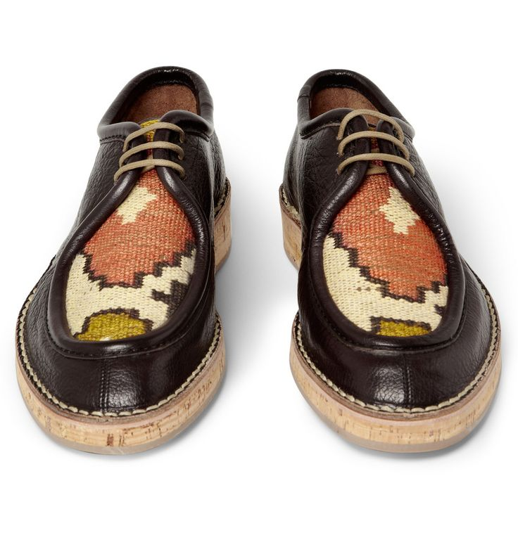 Woven top cork sole leather shoes.