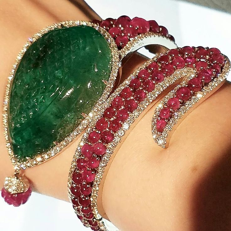 A more modern piece to end the night with by #micheledellavalle ! This #emeraldb...