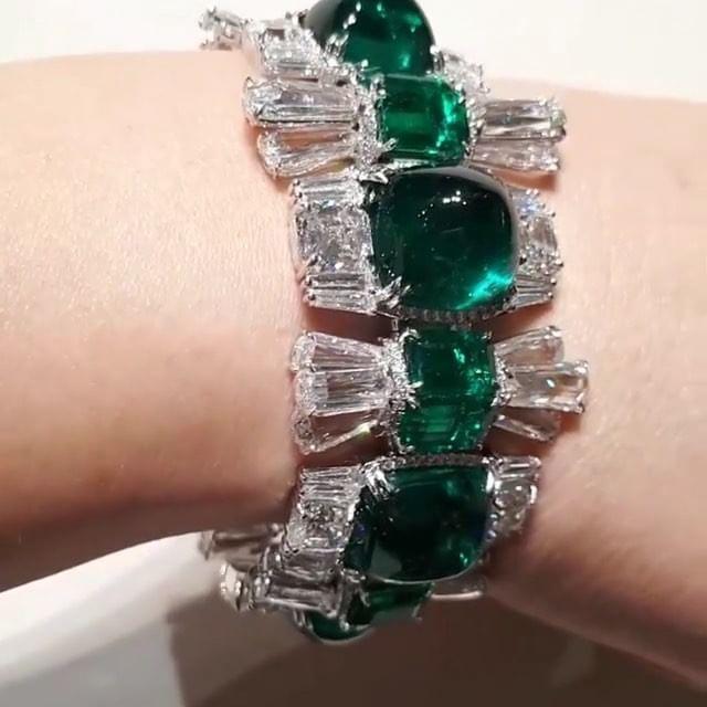 Marvelous diamonds & Emeralds Cuff @moussaieffjewellers via Bliss from Paris !!