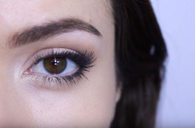 10. Bigger Eye with White Eyeliner | 17 Great Eyeliner Hack for Makeup Junkies |...