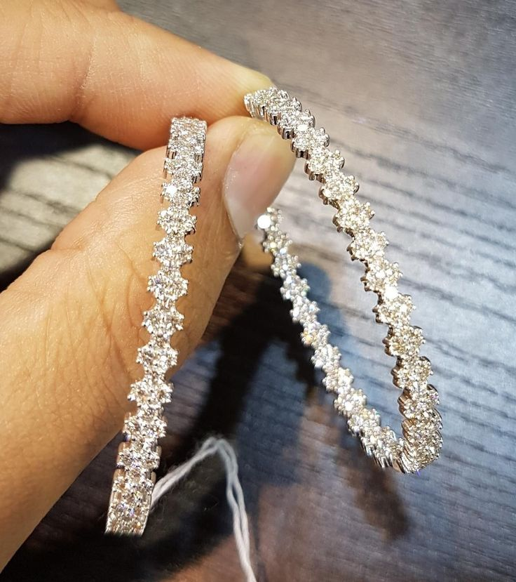 Choose beauty and radiance with these elegant diamond and white gold earrings, a...