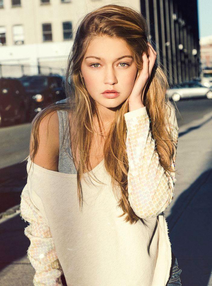 Gigi Hadid stylish look. Long messy hair.