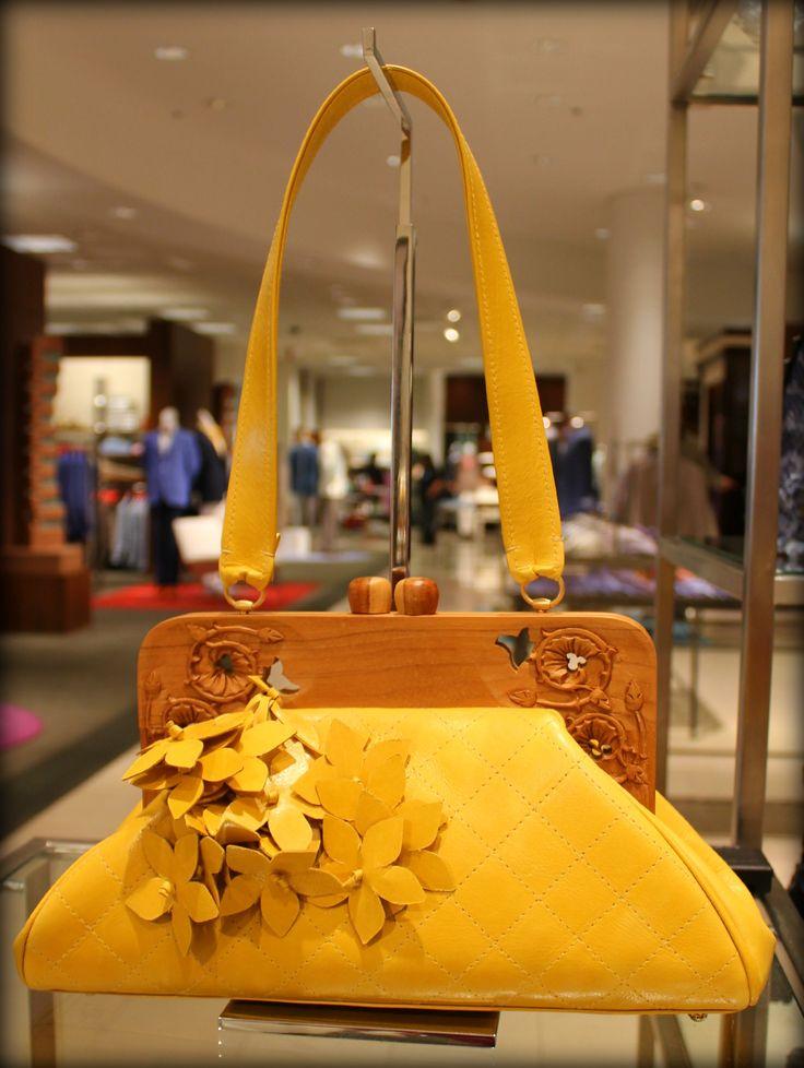 Anthony-Luciano-yellow-framed-handbag.jpg (JPEG Imagen, 1594 × 2120 píxeles)