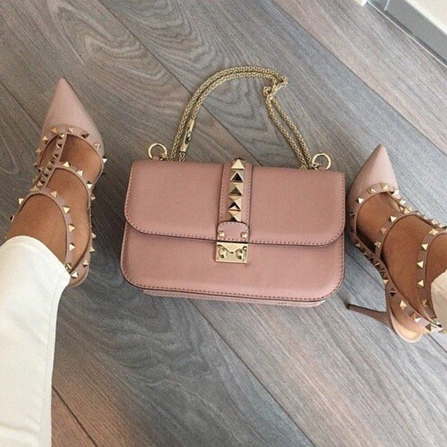 Fricken LOVE those shoes in this color annnnd paired with that bag. Valentinooo ...
